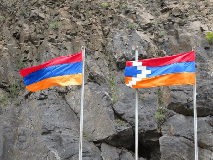 Banderas de Armenia (izq) y Nagorno Karabaj (der)