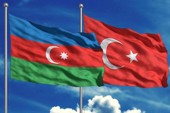 Banderas de Azerbaijan (izq) y Turquía (der)
