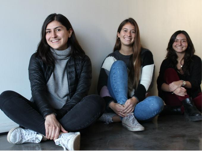 Jessica con Flo e Isi, developers del equipo de Chile